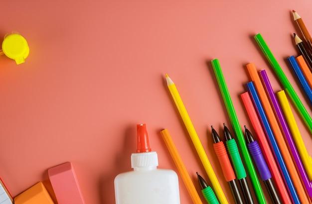Schoolbenodigdheden, kleurpotloden bovenrand op roze