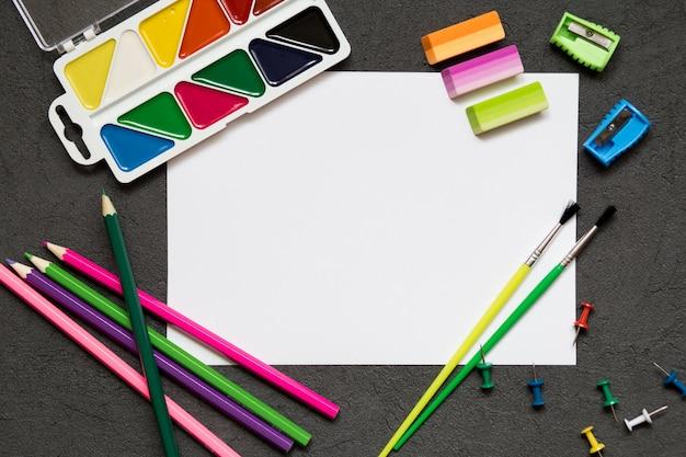 Schoolbenodigdheden, kleurpotloden, pennen, pijn voor schoolonderwijs. terug naar school, kopieer de ruimte.