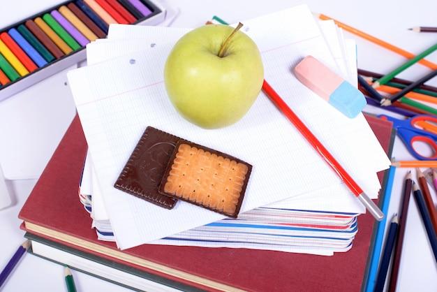 Schoolbenodigdheden met een appel
