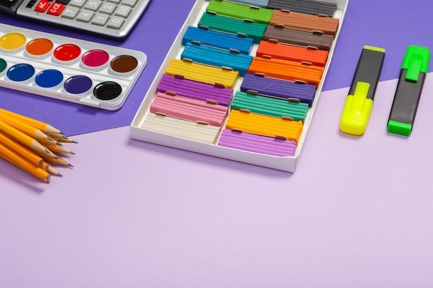 Schoolbenodigdheden op abstracte kleurrijke textuur