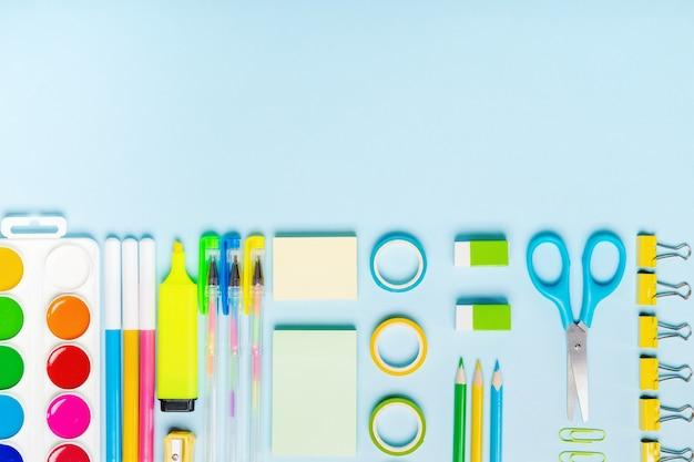 Schoolbenodigdheden op blauwe achtergrond. concept terug naar school