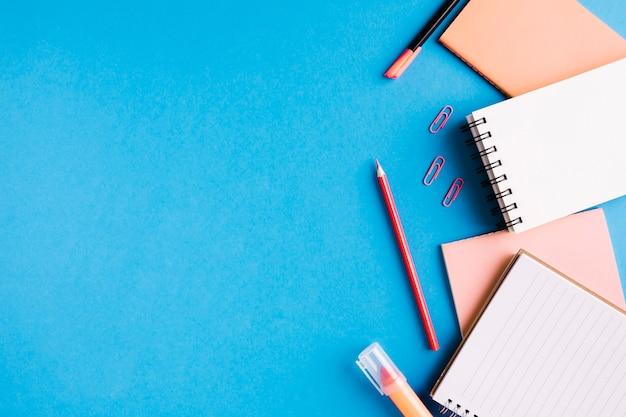 Schoolbenodigdheden op een blauw oppervlak
