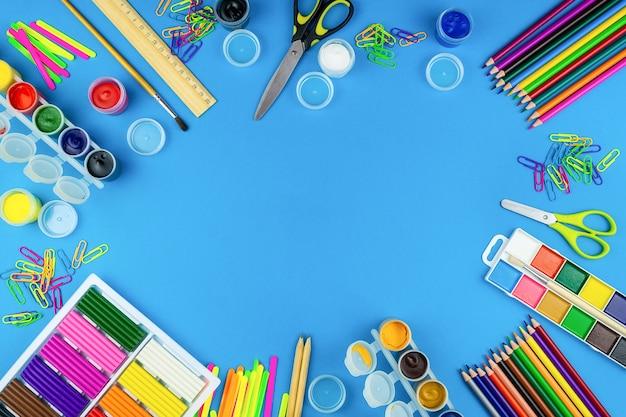 Schoolbenodigdheden op een blauwe achtergrond
