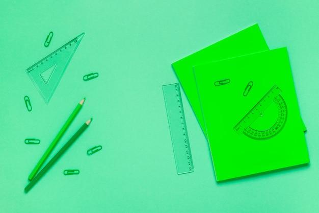 Schoolbenodigdheden op een gekleurde tafel