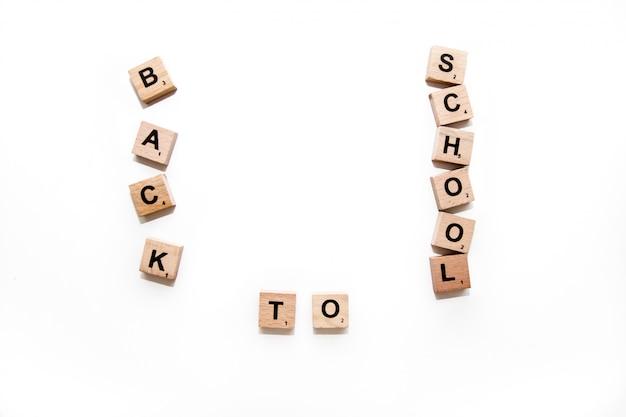 Schoolbenodigdheden op het bureau. terug naar school-concept. frame van schoolbenodigdheden.