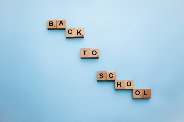 Schoolbenodigdheden op het bureau. terug naar school-concept.