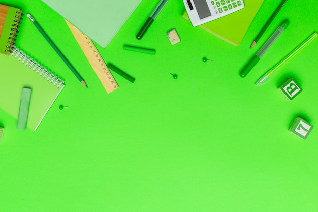 Schoolbenodigdheden op kleurrijk papier
