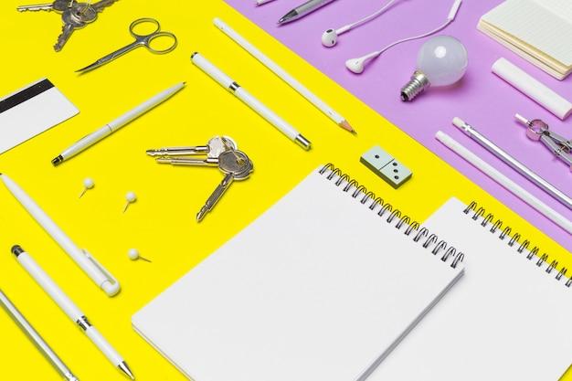 Schoolbenodigdheden op kleurrijke papier achtergrond