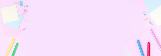Schoolbenodigdheden op roze tafel