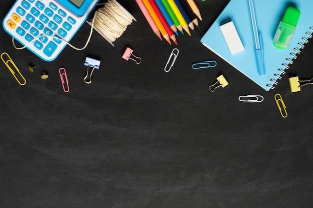 Schoolbenodigdheden op schoolbord