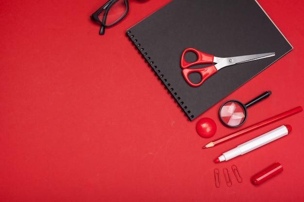 Schoolbenodigdheden op wit klaar voor uw ontwerp op rood