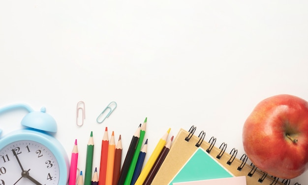 Schoolbenodigdheden op witte achtergrond klaar voor uw ontwerp