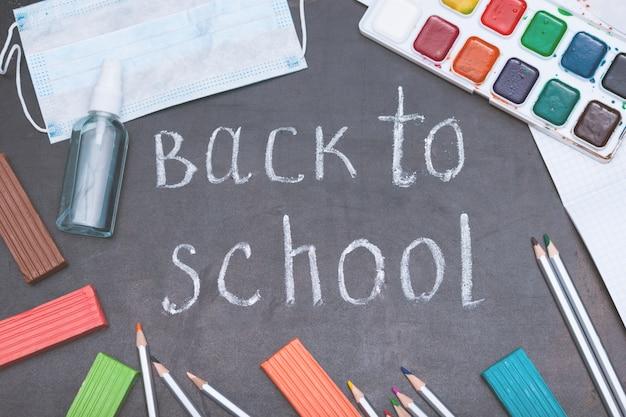 Schoolbenodigdheden op zwarte bord