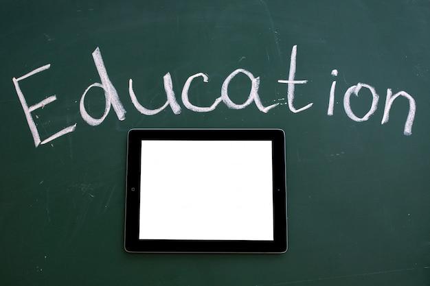 Schoolbestuur met het opschrift onderwijs en ipad-tablet met het lege scherm