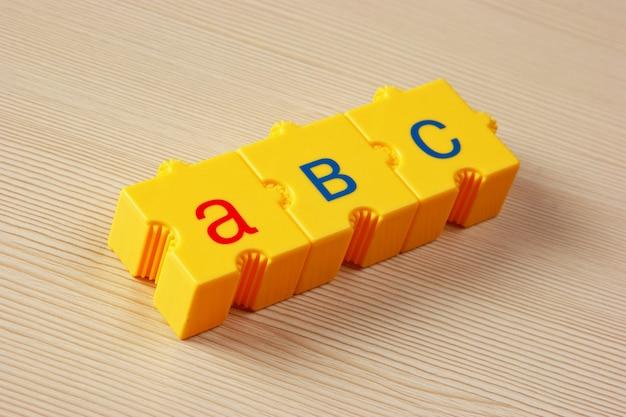 Schoolblokjes met letters op tafel
