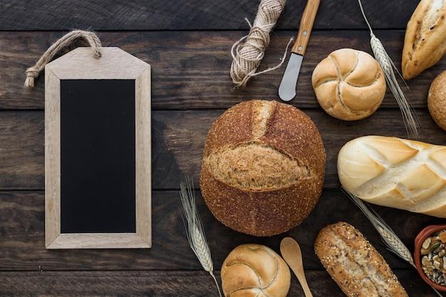 Schoolbord in de buurt van broodjes en messen