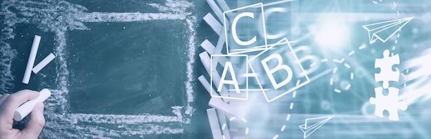 Schoolbord. kleurpotloden om op een schoolbord te schrijven. leerconcept. school onderwijs krijtbord.
