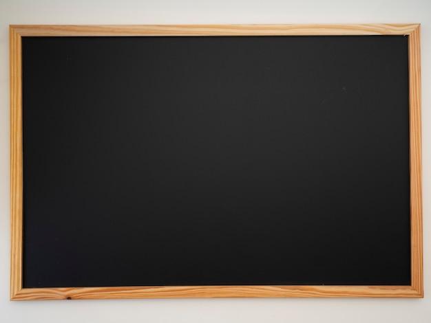 Schoolbord met houten frame.