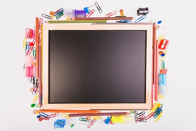 Schoolbord met verschillende school briefpapier