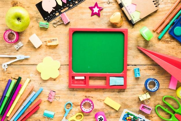 Schoolbord omgeven door briefpapier objecten