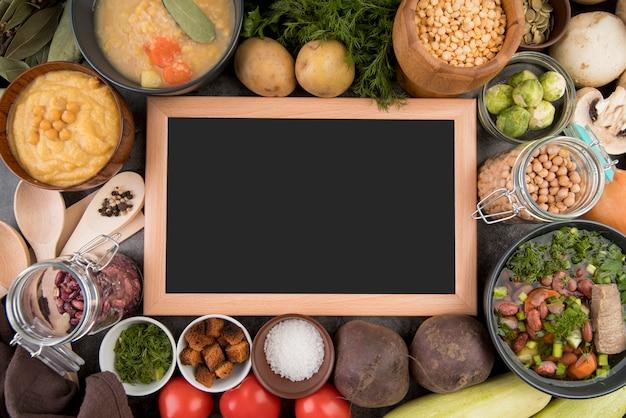 Schoolbord omgeven door soep ingrediënten