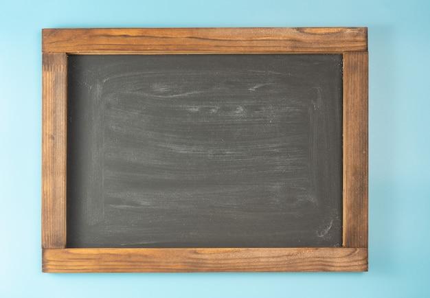 Schoolbord op blauwe ruimte