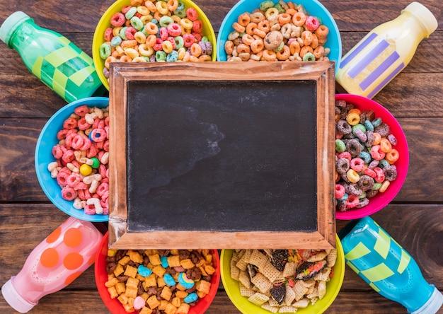 Schoolbord op heldere kommen graangewassen en flessen