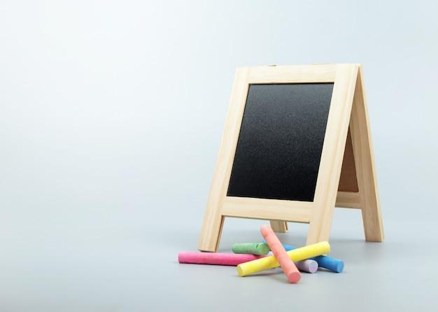 Schoolbord, schoolbord staan met krijt op schone achtergrond.