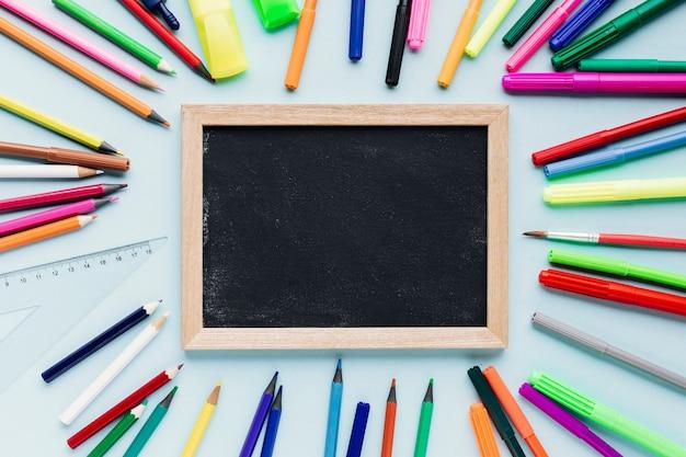 Schoolbordlei naast heldere potloden