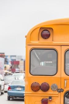 Schoolbus op amerikaanse landweg in ochtend