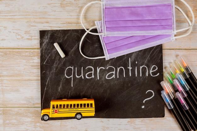 Schoolbus speelgoed en schoolbord met gezichtsmasker.