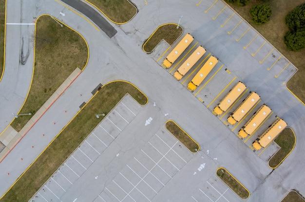 Schoolbussen op de parkeerplaats van de school bij de middelbare school