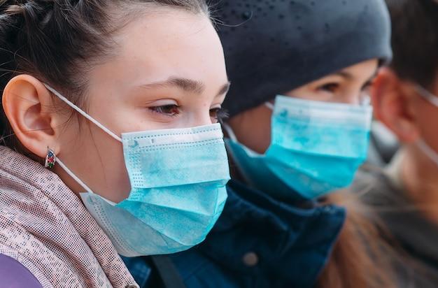 Schoolgaande kinderen in medische maskers. portret van schoolkinderen.