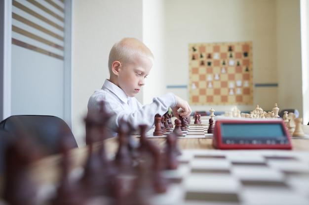 Schooljongen aarzelde bij het schaken