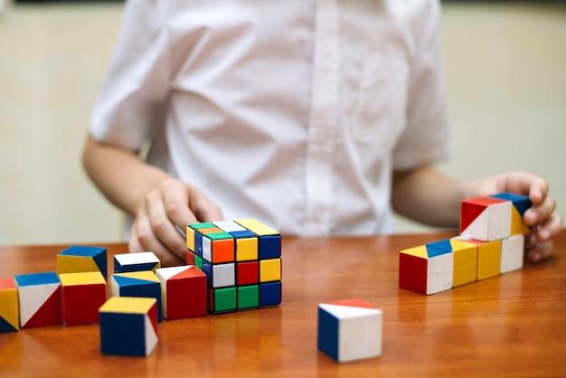 Schooljongen bij bureau met puzzels