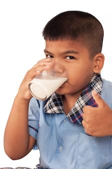 Schooljongen consumptiemelk en toegeven