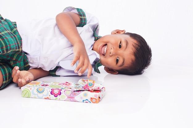 Schooljongen en geschenkdoos