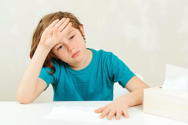 Schooljongen heeft hoofdpijn tijdens lessen.