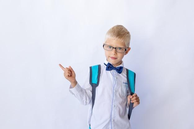 Schooljongen in glazen en een wit overhemd benadrukt
