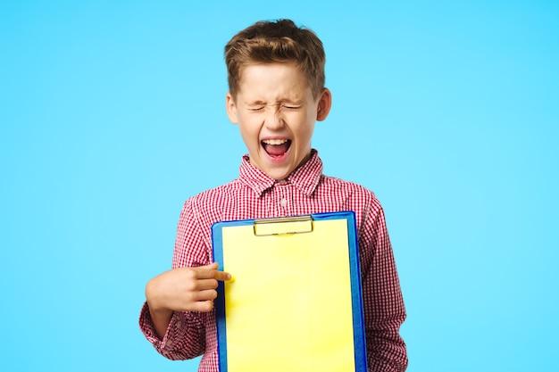 Schooljongen in roze shirts emoties school leren