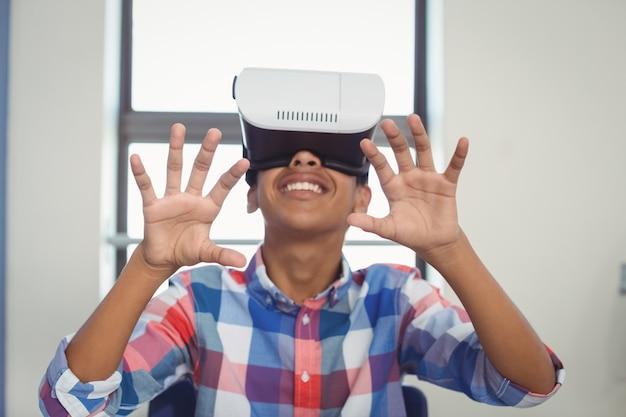 Schooljongen met behulp van virtual reality headset in de klas