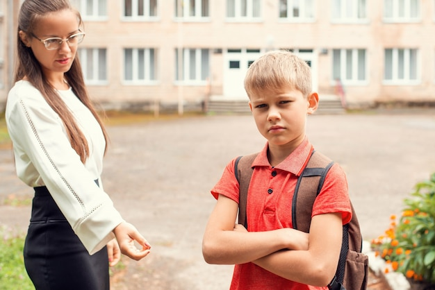 Schooljongen met rugzak wil niet naar school