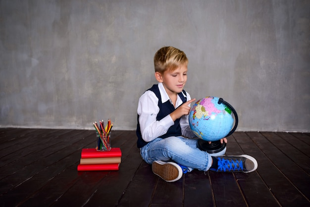 Schooljongen met schoolbord. school concept