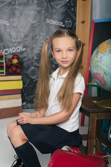 Schooljongen met zittend in uniform meisje is terug naar school