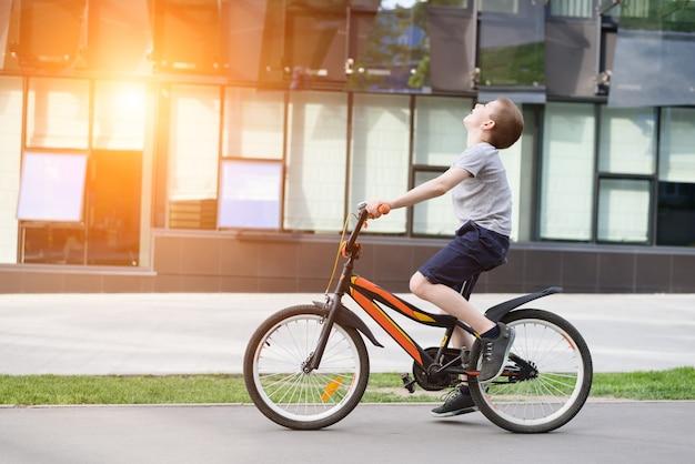 Schooljongen rijdt op een fiets. zomervakantie.