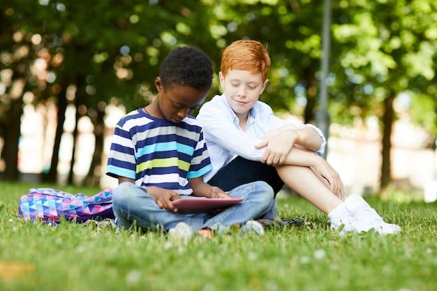 Schooljongen spelen met tablet