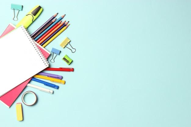 Schoolkantoor op een gekleurde achtergrond bovenaanzicht kantoorkantoor studentenkantoor
