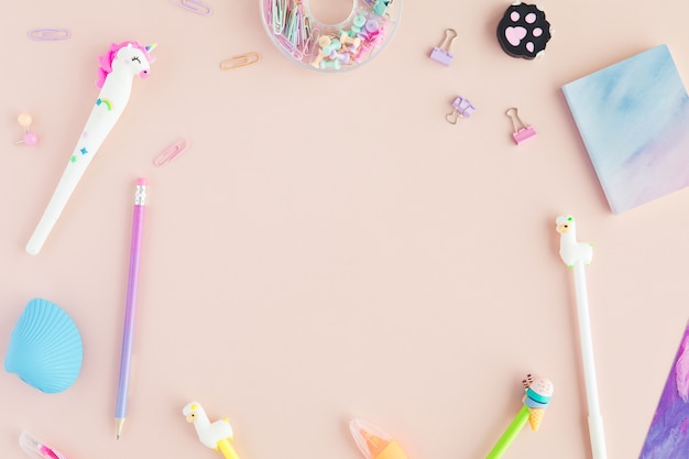 Schoolkantoorbehoeften met eenhoornpen, lamapotlood op roze