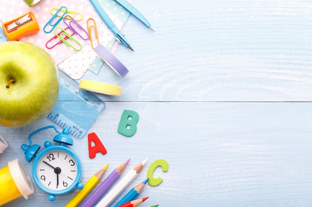 Schoolkantoorbehoeften op blauwe achtergrond