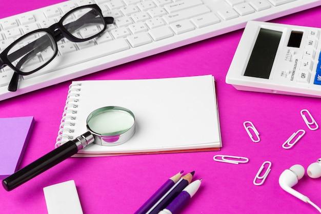 Schoolkantoorbehoeften op een roze achtergrond. terug naar school creatieve benodigdheden